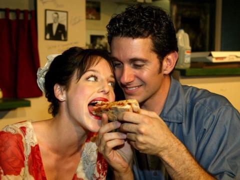 El pliegue ayuda a que el aceite gotee de la pizza mientras te la comes.
