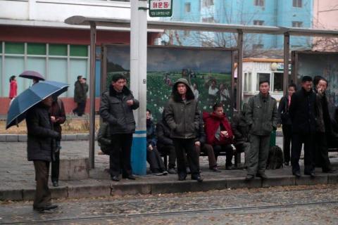 La gente espera los tranvías en una parada en el centro de Pyongyang, Corea del Norte, el domingo 24 de noviembre de 2019.