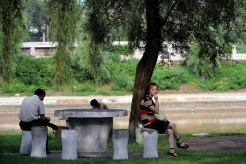 Una mujer norcoreana descansa junto al río Pothong en julio de 2017.