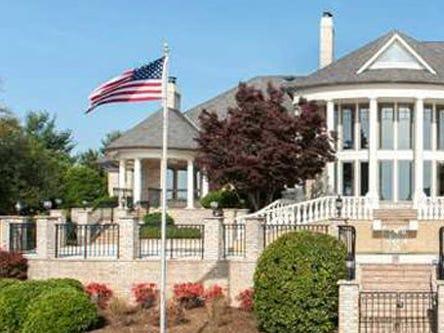 Posee también una casa de 2,8 millones de dólares cerca de Charlotte.