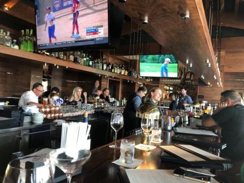 Posee varios restaurantes, incluido 1000 North en Júpiter, Florida...