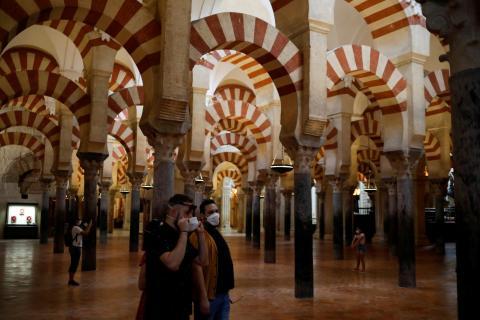 Los primeros visitantes acceden con mascarilla a La Mezquita de Córdoba después de su reapertura tras la pandemia del coronavirus