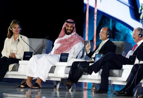 El príncipe heredero saudí Mohammed bin Salman y Masayoshi Son, durante una conferencia en Riad