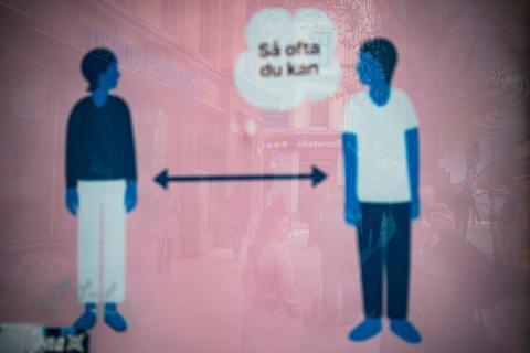 Un anuncio de salud pública que fomenta el distanciamiento social, como se vio en Estocolmo el 4 de mayo de 2020