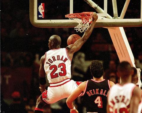 Según publicaciones, Jordan quiso firmar con Adidas en 1984, pero no lo aceptaron porque preferían jugadores de la NBA que midieran por encima de los 2,13 metros.