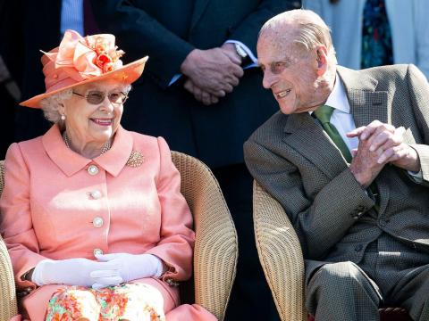 La reina Isabel y el príncipe Felipe comparten una sonrisa.