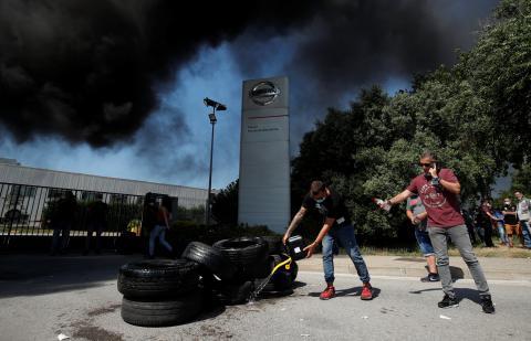 Quema de neumáticos en las protestas por el cierre de Nissan en Barcelona.