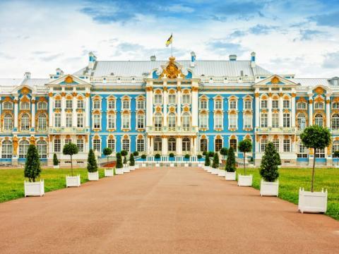 El palacio se encuentra  a las afueras de San Petersburgo, Rusia.