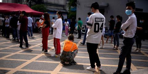 En Wuhan, China, el 15 de mayo de 2020, la población hace cola para las pruebas de coronavirus después de que se descubrieran seis nuevos casos.