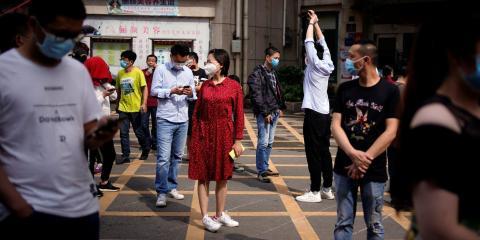 Los residentes forman una fila para las pruebas de ADN en un complejo residencial en Wuhan el 15 de mayo de 2020.