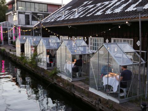 Un restaurante prueba 'invernaderos' seguros en Ámsterdam el 5 de mayo de 2020.