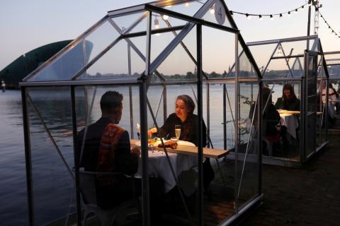 Un restaurante de Ámsterdam coloca las mesas bajo invernaderos para asegurar la distancia social durante el coronavirus.