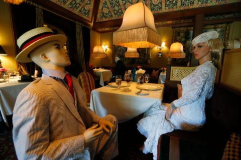 Maniquíes ayudando a mantener el distanciamiento social en el Inn at Little Washington.
