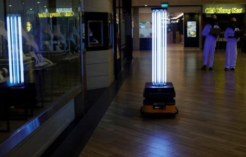 Un robot con luz ultravioleta que desinfecta un establecimiento en Singapur.