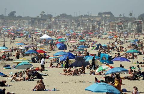 Las playas de Newport, California, a rebosar a finales de abril.
