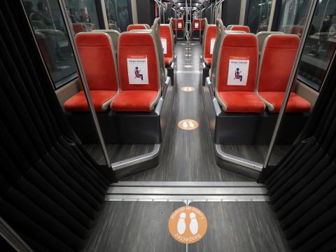 Círculos en el suelo que indican dónde sentarse y estar de pie en un tranvía en Niza, Francia, el 6 de mayo.