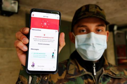 Un soldado suizo enseña la app de rastreo de contactos.