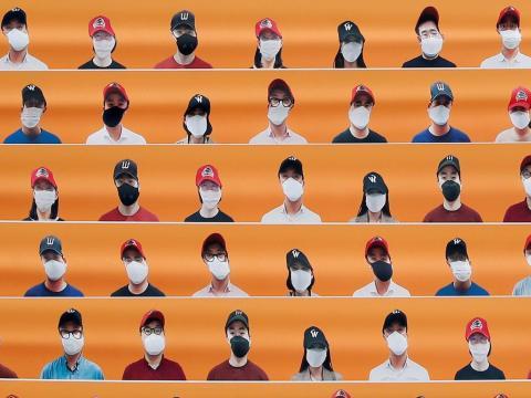 Los maniquíes reemplazan a la audiencia en un partido de béisbol de temporada en Incheon, Corea del Sur, el 5 de mayo de 2020.