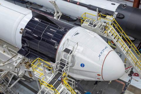 La nave espacial Crew Dragon de SpaceX se integra en el cohete Falcon 9, mayo 2020.