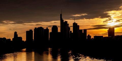 El sol se pone tras los edificios del distrito bancario de Frankfurt el 9 de mayo de 2020.
