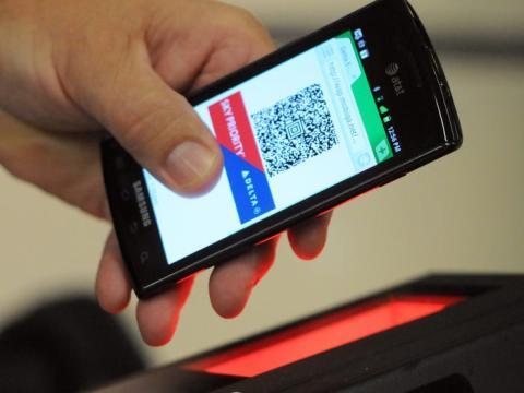 Un pasajero de Delta utilizando una tarjeta de embarque digital.