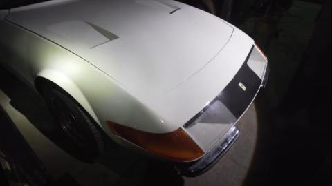 Chasis Corvette y tren de rodaje con el logotipo de Ferrari.