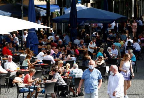 Terrazas abiertas en Colonia (Alemania) durante la pandemia de coronavirus