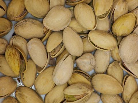 Los pistachos son más fáciles de abrir con una cáscara desechada.