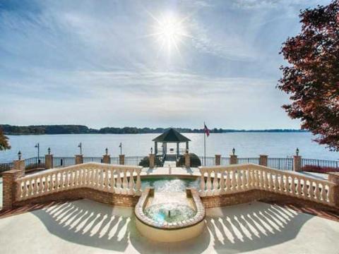 Tiene unas increíbles vistas al lago.