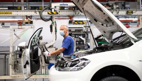 Un trabajador en una fábrica de Volkswagen en Alemania