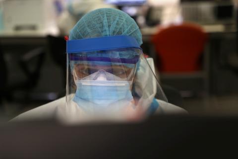 Un trabajador sanitario consulta un ordenador en la UCI del Hospital Universitario Infanta Sofía de Madrid