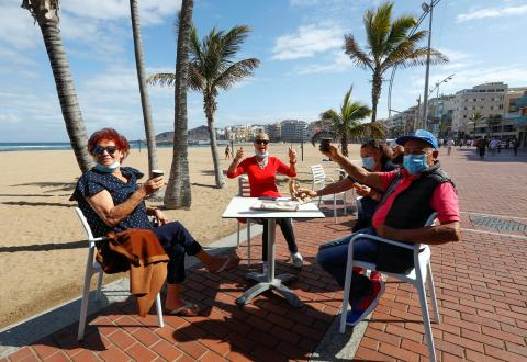 Turistas en un chiringuito de Gran Canaria.