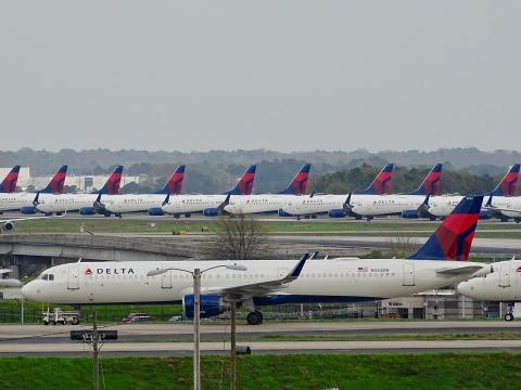 Aviones de pasajeros en tierra almacenados en los aeropuertos.