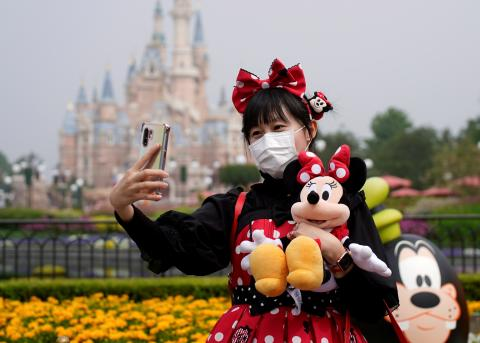 Una visitante se hace un selfie en la reapertura del parque temático de Disney en Shanghái tras la pandemia del coronavirus.