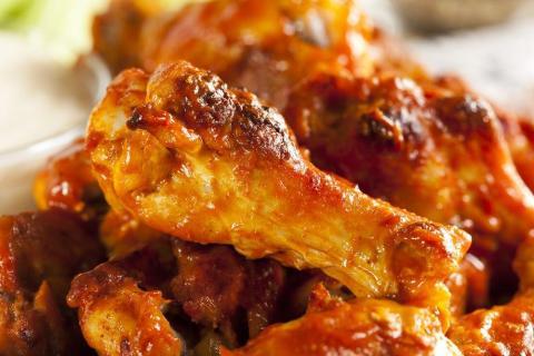 Las alitas de pollo están hechas para que nos ensuciemos al comerlas.