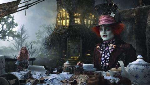 Mientras que esta era la película de Alicia, Johnny Depp era el elemento estrella del remake.