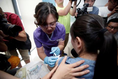 Una mujer recibiendo la vacuna contra el virus del papiloma humano.