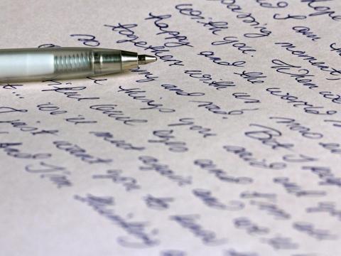 Escribe a tu pareja una carta de amor.