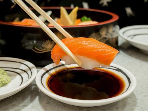 Esta imagen muestra la forma incorrecta de sumergir el sushi en la salsa.