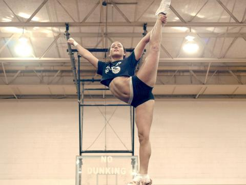 Esta serie sigue las aventuras de un grupo de cheerleaders.