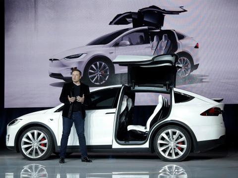 Elon Musk presenta el Tesla Model X.