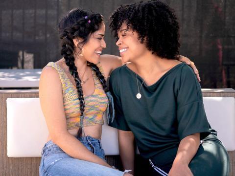 Karrie Martin y Julissa Calderon coprotagonistas en 'Gentefied' de Netflix.