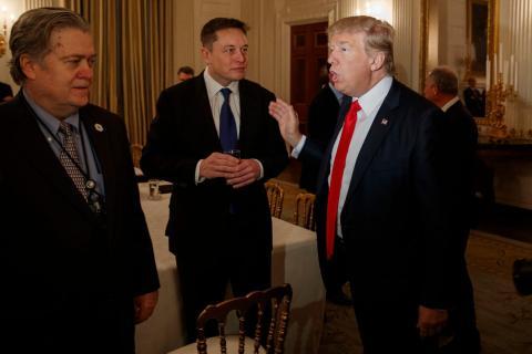 Elon Musk junto al presidente Donald Trump y al ex jefe de estrategia de la Casa Blanca Steve Bannon.