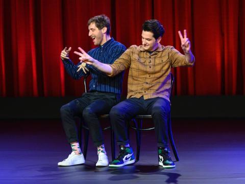 Thomas Middleditch y Ben Schwartz en el escenario.