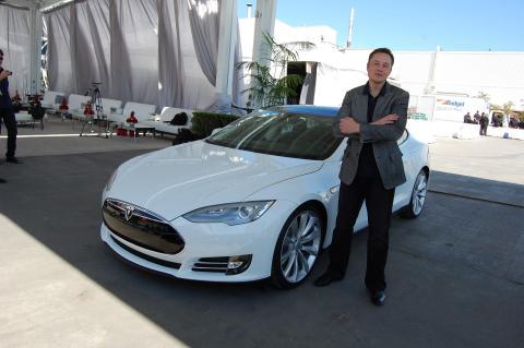 Elon Musk al lado de un Tesla Model S.
