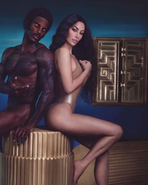51. En octubre de 2018, Kim Kardashian West publicó una foto en Instagram anunciando su empresa de belleza.Kim Kardashian West en un anuncio de su colección de belleza 'Flashing Lights'.
