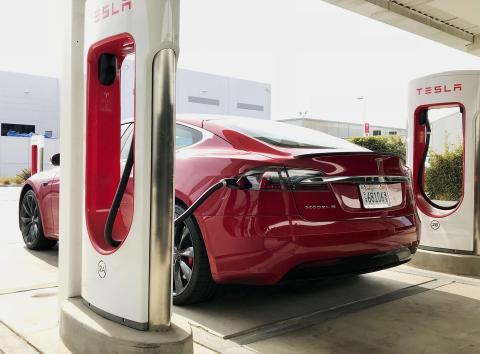Un Tesla Model S P100D aparcado en una estación Supercharger en el campus de SpaceX en Hawthorne, California.