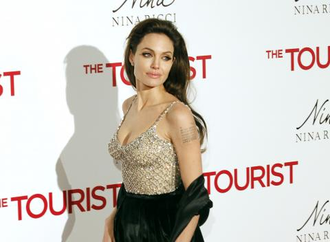 La actriz Angelina Jolie es zurda.