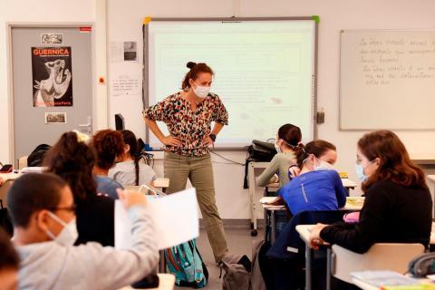 Los alumnos de la escuela secundaria asisten a una clase en su aula, el 22 de junio de 2020 en Boulogne-Billancourt, en las afueras de París