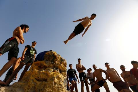 Adolescente saltando al vacío.